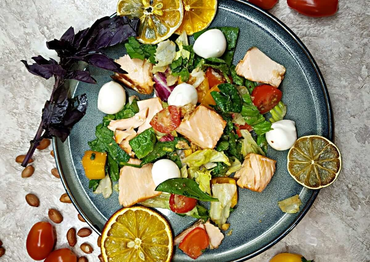 Baked salmon salad with dressing nut and lemon sauce